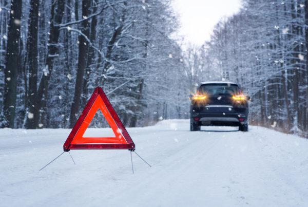 Warndreieck im Winter auf verschneite Straße